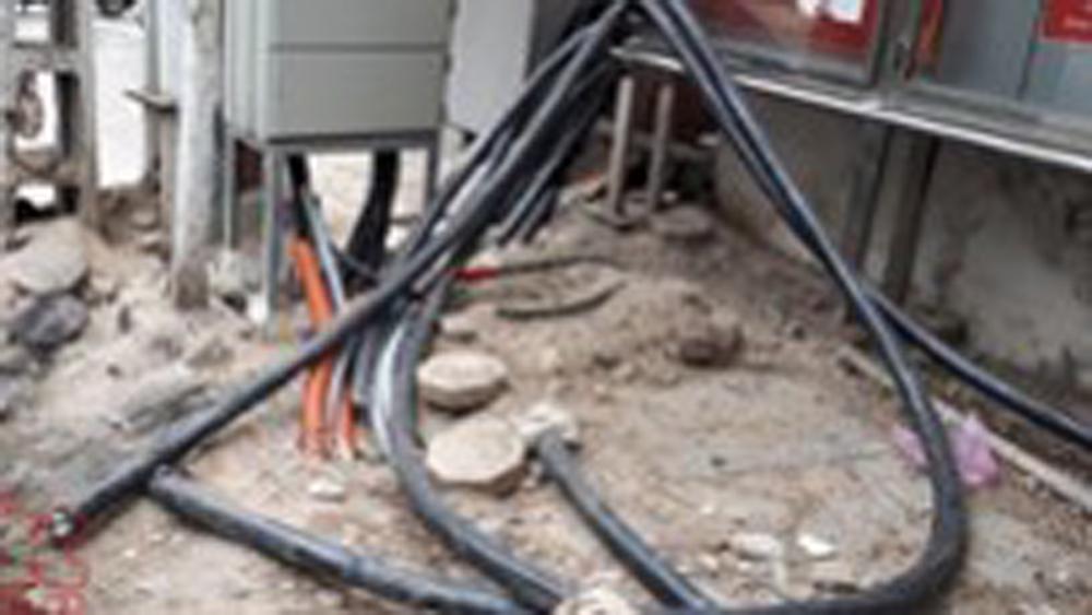 Chạm vào dây cáp Internet, hai học sinh bị điện giật tử vong